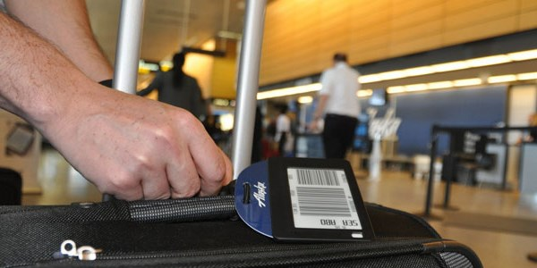 Alaska Air tests electronic bag tags to prevent lost luggage